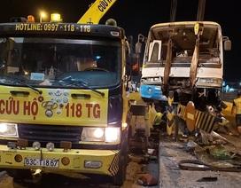 Xe chở công nhân lao vào trạm thu phí cao tốc TPHCM - Trung Lương, nhiều người bị thương