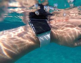 Lật thuyền trên biển, 2 người may mắn thoát chết nhờ Apple Watch
