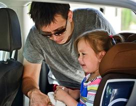 Bé hay say tàu xe, bố mẹ nên làm sao?
