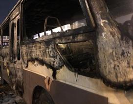 Ô tô bất ngờ bốc cháy dữ dội ở bãi đỗ