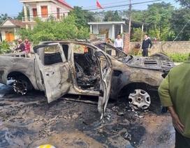 Ford Ranger cháy trơ khung, nữ tài xế bất lực cứu xe