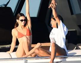 Kendall Jenner gợi cảm diện áo tắm trên du thuyền