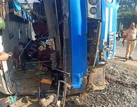 Xe chở công nhân lật đè trúng xe máy, 2 người chết, 11 người bị thương
