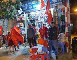"""100.000 đồng/lá cờ, dân Hà Nội bạo chi không tiếc đi... """"bão"""""""
