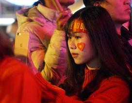 Hàng trăm cổ động viên quây kín Nhà Hát Lớn xem trận U22 Việt Nam - U22 Indonesia
