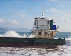 Sà lan vận tải dài hơn 30m hỏng máy, mắc cạn trên bờ biển Nha Trang