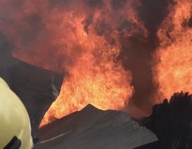 Xưởng gỗ nằm gần kho gas bốc cháy ngùn ngụt