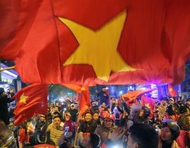 Hình ảnh ấn tượng biển người mừng chiến thắng giữa đêm khuya tại Hà Nội