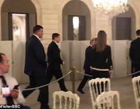 6 vệ sĩ tháp tùng ông Putin đi vào nhà vệ sinh tại Pháp