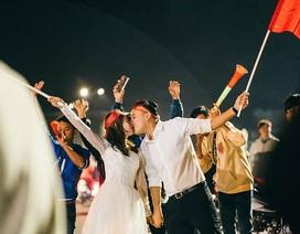 """Cặp đôi chụp ảnh cưới """"đi bão"""" ở Đà Lạt mừng U22 Việt Nam chiến thắng"""