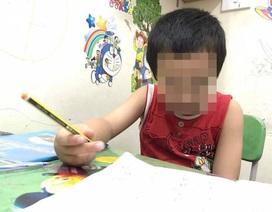Mới học chữ hơn 3 tháng, trẻ lớp 1 đã toát mồ hôi ôn đề cương hàng trang A4