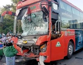 Xe khách bị tông văng tại điểm chờ đèn đỏ, 5 người bị thương