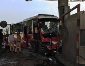 Xe khách lao vào trạm thu phí, nhiều hành khách hoảng loạn