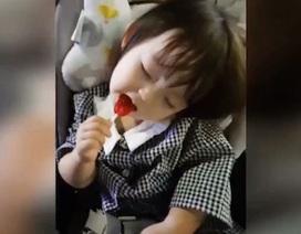 """""""Bão like"""" dành cho cô bé vừa ăn vừa ngủ đáng yêu như thiên thần"""
