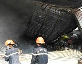 Cháy lớn kho chứa vải ở vùng ven TPHCM