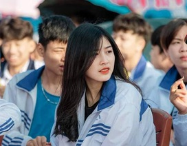 Nữ sinh mặc đồng phục thu hút chú ý trong khoảnh khắc trên truyền hình