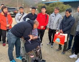 Xúc động hình ảnh HLV Park Hang Seo về nhà thăm mẹ