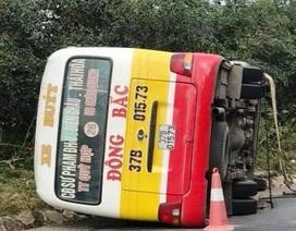 Xe buýt lật nhào, nhiều hành khách cạy cửa thoát thân