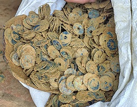 Đào móng làm nhà phát hiện hơn 100kg tiền xu cổ