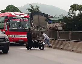 Hai thanh niên đập vỡ kính, truy đuổi xe khách hàng chục km