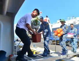 Khánh Hoà: 3.500 suất quà cùng hàng trăm cây quất cảnh lên tàu chuẩn bị đi Trường Sa