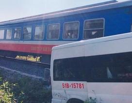 Xe khách bị tàu hỏa tông khi cố vượt rào chắn