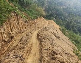 """Tự ý mở đường, """"tạo điều kiện"""" cho lâm tặc phá rừng"""
