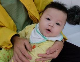 Rơi nước mắt cảnh bé 5 tháng tuổi mồ côi mẹ quằn quại vì bệnh tật
