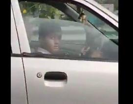 Sốc với clip bé trai 10 tuổi lái ô tô phóng như bay trên đường