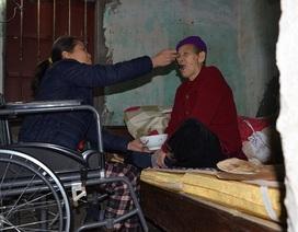 Nghẹn lòng cảnh con gái liệt ngồi xe lăn chăm sóc mẹ già 93 tuổi