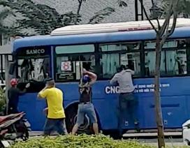 Nhóm thanh niên ngang nhiên đập nát kính xe buýt ở TPHCM