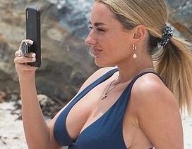 Amber Davies diện áo tắm quyến rũ trên biển