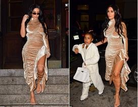 Kim Kardashian diện váy gợi cảm cùng chồng con ra phố