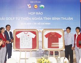 Bán đấu giá 2 áo đấu có chữ ký của các cầu thủ nữ Việt Nam tại giải golf từ thiện
