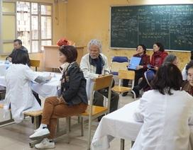 Cựu học sinh ngành y dược về trường cũ khám bệnh, tri ân thầy cô giáo