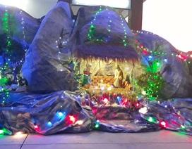 Các nhà thờ trang trí bắt mắt, đường phố đông nghịt người vui chơi đêm Noel