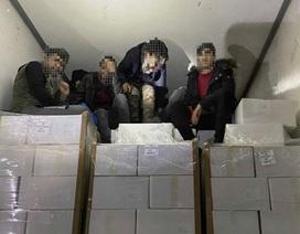 11 người di cư thoát chết trong gang tấc nhờ đập cửa thùng đông lạnh