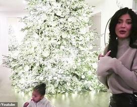 Kylie Jenner khoe ảnh cây thông Noel tại nhà riêng