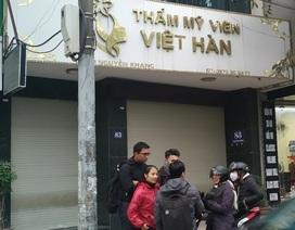 Thẩm mỹ viện Việt Hàn đóng kín cửa, người dân tập trung đông sau vụ việc chết người