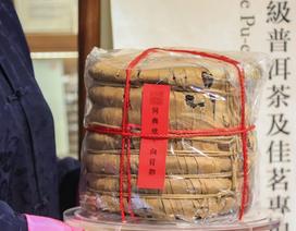 Kỳ lạ một chồng 7 chiếc bánh trà nén Trung Quốc được bán với giá hơn 25 tỷ đồng