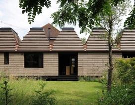 Độc đáo ngôi nhà được xây dựng từ nắp chai, có thể tháo lắp thủ công ở Anh