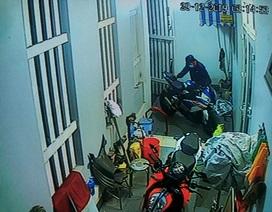 Camera an ninh ghi hình ảnh nhóm nam nữ táo tợn cắt khóa tiệm vàng, trộm mô tô BMW