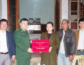 Trao 130 triệu đồng cho gia đình Thiếu tá Biên phòng hi sinh khi chống ma túy