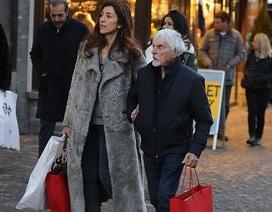 Tỷ phú U90 đưa vợ kém 46 tuổi đi mua sắm