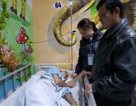 Người cha mù hát rong bật khóc khi con gái được phẫu thuật nhờ sự giúp đỡ của bạn đọc