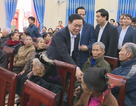 Phó Thủ tướng Vương Đình Huệ thăm, tặng quà các gia đình chính sách, hoàn cảnh khó khăn
