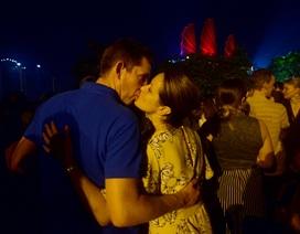 Khách Tây trao nhau nụ hôn dưới màn pháo hoa chào đón năm mới ở Sài Gòn
