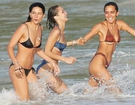 Bella Hadid tung tăng trên biển cùng bạn bè