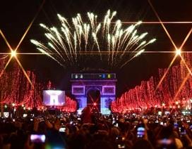 Pháo hoa thắp sáng trời Âu thời khắc bước sang năm mới 2020