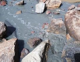 Vụ nước thải đem ngòm chảy ra biển Quy Nhơn: Tạm dừng bơm hút, nạo vét cát